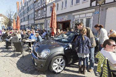 """Noch mehr Autos beim Soester""""Altstadtfrühling"""" Präsentationsfläche jetzt auch auf dem Vreithof - Erster verkaufsoffener Sonntag des Jahres von 13 bis 18 Uhr Bild: WMS-Soest"""