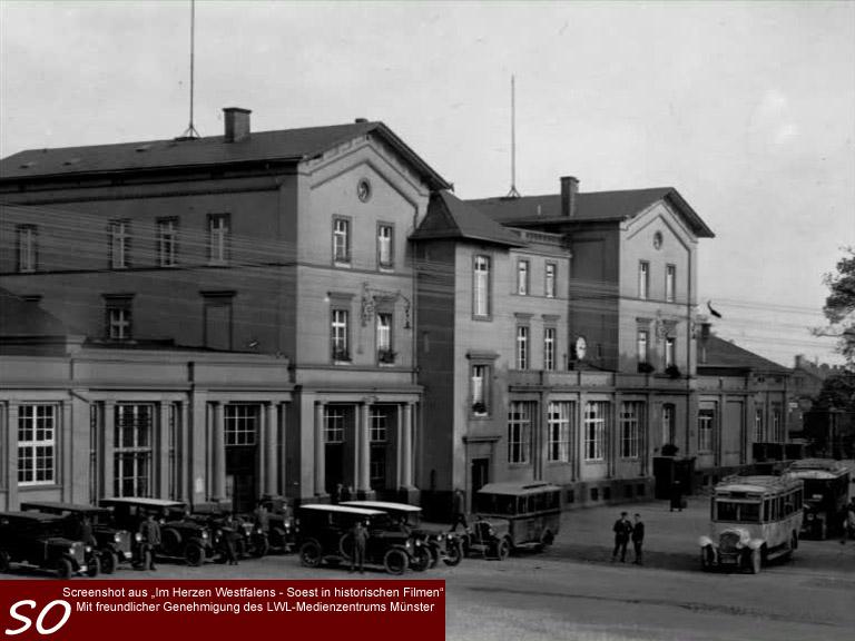 Der Bahnhof in Soest mit historischen Bussen und Oldtimern.