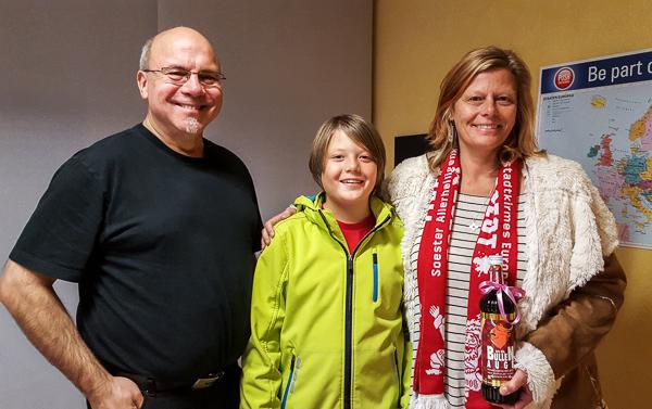 Die Gewinnerin Claudia Wiemer mit ihrem Sohn bei der Übergabe der gewonnenen Flasche durch Werner Tigges