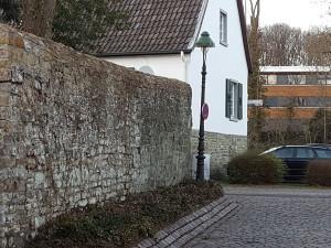 Stiftstrasse 55 in Soest - Das Bild zeigt die Mauer des ehemaligen Walburgisstift. Hinter dieser Mauer dürfte die Kapelle der elftausend Jungfrauen gewesen sein. ©Werner Tigges