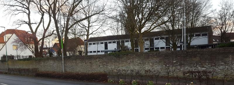 Stiftstrasse 55 in Soest - Das Bild zeigt die Mauer des ehemaligen Walburgisstift. Hinter dieser Mauer dürfte die Kapelle der elftausend Jungfrauen gewesen sein. Ansicht von der Brüder-Walburger-Wallstrasse ©Werner Tigges