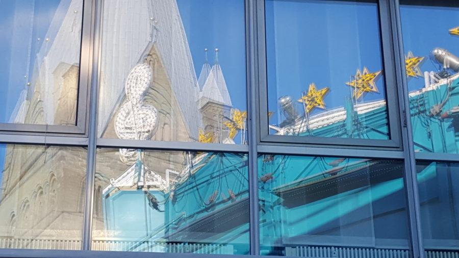 Allerheiligenkirmes spiegelt sich im Fenster ©W. Tigges