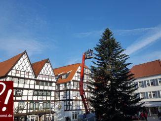 Soester Weihnachtsmarkt - Der Weihnachtsbaum am Markt wird aufgestellt.