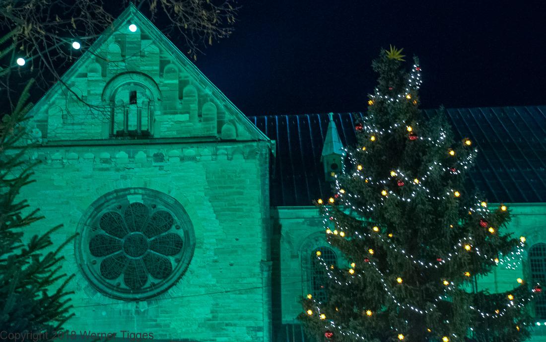 Soester Weihnachtsmarkt - Petrikirchplatz mit Tannenbaum in Soest - für stadtfuehrung-soest.de ©W. Tigges